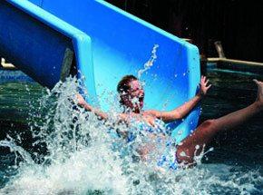 День в аквапаркеПодарочные сертификаты<br>Аквапарк – это лето круглый год, беззаботный смех и хрустальные брызги! Хотите пощекотать нервы?! Тогда скатитесь с горки на яркой надувной «ватрушке» или смело спуститесь по винтовой трубе! <br>В оборудованных зонах отдыха можно перевести дух и отправится дальше в поисках новых приключений. Аквапарк – это отдых для взрослых и детей!<br>