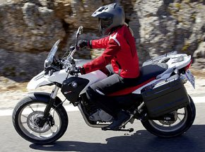 Вождение мотоцикла BMWПодарочные сертификаты<br>Рев мотора, бешеные скорости и крутые повороты. Опытный инструктор поможет вам оседлать двухколесного монстра.  <br>Садитесь в седло, заводите мотор – и железный конь рванул вперед. Но только в первое мгновение мотоцикл кажется неуправляемым!<br>