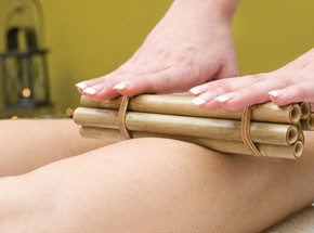 Тонизирующий бразильский массаж бамбуковыми палочкамиПодарочные сертификаты<br>Бразильский массаж бамбуковыми палочками – это увлекательный массажный ритуал. Прикосновения рук сменяются бамбуковым массажем. <br>Натуральный материал ускоряет обменный процесс. А теперь можно и на Бразильский карнавал!<br>