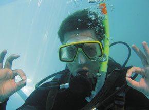 Школа дайвингаПодарочные сертификаты<br>Путь к морскому путешествию в заманчивые глубины начинается в бассейне. Техника безопасности, дыхательные упражнения и теоретические занятия – необходимый этап. <br>Опытный инструктор будет всегда рядом. Вы легко освоитесь с аквалангом.<br>