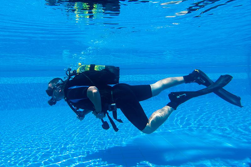 ДайвингПодарочные сертификаты<br>Путь к морскому путешествию в заманчивые глубины начинается в бассейне. Техника безопасности, дыхательные упражнения и теоретические занятия – необходимый этап. <br>Опытный инструктор будет всегда рядом. Вы легко освоитесь с аквалангом.<br>