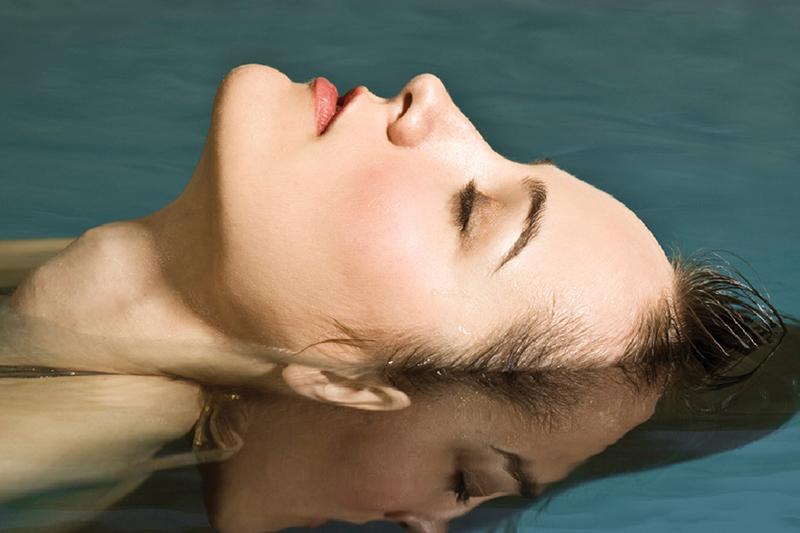 ФлоатингПодарочные сертификаты<br>Окунитесь в невесомость! Каждая мышца вашего тела расслаблена. В бассейне, наполненном насыщенным раствором английской соли, вы испытаете «космические ощущения».<br>Соляной раствор будет надежно держать на поверхности.  Во флоат-камеру не проникают ни звуки, ни запахи!<br>