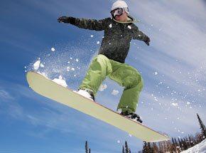 Фристайл на сноубордеПодарочные сертификаты<br>Для того, кто любит разумный риск, снег и скорость, мастер-класс по сноуборду будет лучшим подарком. Здесь самое главное – контроль. Сноуборд – своенравный спортивный снаряд. Он не любит неуверенных в себе, он наказывает на ошибки, но, если с вами рядом инструктор-профессионал – ваши риски сведены до минимума.<br>