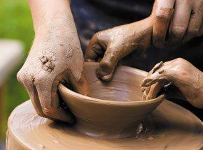 Гончарное дело для двоихПодарочные сертификаты<br>Гончарное мастерство – одно из самых медитативных и захватывающих увлечений. Для начала нужно научиться чувствовать глину, понимать ее, и, как только настроится душа на нужную волну, податливый материал примет любую задуманную или неожиданно красивую форму.<br>