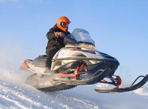 Гонки на снегоходе для двоихПодарочные сертификаты<br>Надавите на педаль газа -&amp;nbsp;и вперед по заснеженным полям и лесам! Резкий поворот, и веер снежной пыли бьет в лицо! Ощущение свободы, красота природы… Вырвитесь из рутинных событий! Вас ждут умопомрачительные гонки!<br>