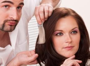 Мастер-класс Ваша идеальная прическаПодарочные сертификаты<br>Профессиональный стилист поможет вам в поисках: он расскажет, почему именно эта челка вам абсолютно не к лицу, а вот распущенные волосы и радикальный черный придутся весьма кстати.&amp;nbsp;Наш консультант опишет особенности вашего лица, посоветует оптимальный цвет волос и сделает вам одну из тех причесок, которые подчеркнут ваш неповторимый образ.<br>