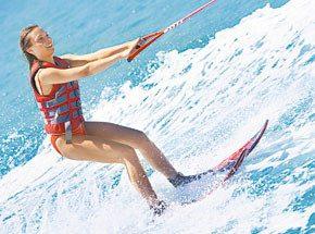 Водные лыжиПодарочные сертификаты<br>Скольжение по поверхности воды – это водные лыжи!  Повороты, взлеты на гребнях волн! Сердце замрет на мгновение и забьется с новой силой.<br>Не бойтесь! Рядом будет опытный инструктор. Водные лыжи – мир экстрима и свободы!<br>