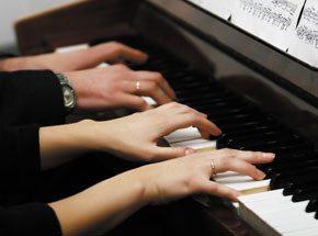 Мастер-класс игры на музыкальном инструменте для двоихПодарочные сертификаты<br>Лейся, музыка! Если душа поет, приходите на мастер-класс игры на музыкальном инструменте! Вы освоите простейшую технику и даже сыграете незамысловатую мелодию. <br>Прикоснитесь к удивительному миру музыки. Попробуйте сыграть красивые и совершенно разные произведения.<br>
