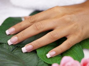 Наращивание ногтейПодарочные сертификаты<br>Ногти – это важная часть имиджа. Иметь просто красивые ногти может себе позволить каждый, но иногда разрешайте себе роскошь каждый ноготок превращать в настоящее произведение искусства. У вас короткие ногти? Не беда – мастер нарастит их до нужной длины, укрепит и превратит в нечто невероятно красивое. Как вам такой подарок?<br>