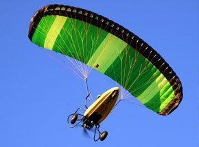 Полет на аэрошютеПодарочные сертификаты<br>Вы сидите за спиной опытного пилота. Небольшой разбег, и вы парите в воздухе! Мотор работает. Красивый купол парашюта надежно держит вас в небе. <br>Пилот выключает мотор. Наступает тишина. Есть только вы и небо. Мягкая посадка -и первые шаги по земле!<br>
