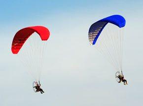 Полет на мотопараплане для двоихПодарочные сертификаты<br>Вас ждет ощущение свободы, легкость и восторг. Купол парашюта наполнится воздухом. Мотор поможет выбрать направление движения. Вам не страшны никакие ветра!<br>Оказывается, люди могут летать как птицы! Или веселее, чем птицы?<br>