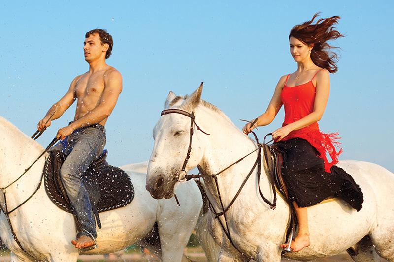 Конная прогулка в СолонцовоПодарочные сертификаты<br>На лошади вы сможете прогуляться там, куда не доедете на автомобиле или не дойдете пешком! Послушный конь под седлом отправится туда, куда вам угодно - от аллей и тропинок до крутых подъемов и спусков! Не забудьте на прощание угостить коня сахарком - лошади любят лакомства. Кстати, это хорошая идея подарочного сертификата для женщины.Примечание: эта услуга&amp;nbsp;не предоставляется в&amp;nbsp;праздничные дни.<br>