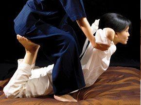 Тайский традиционный массаж с элементами йогиПодарочные сертификаты<br>Отдать своё тело на растерзание древним массажным традициям… И пусть в это время над вами колдуют руки мастера экзотического тайского массажа…<br>Больше нет блоков, застоев и зажимов. Вот почему вы ощутите необыкновенную легкость и комфорт!<br>