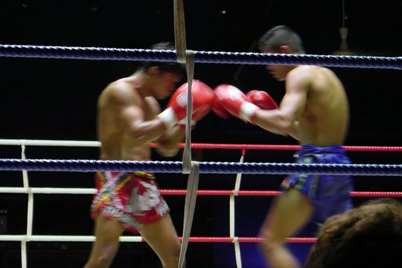Тайский боксПодарочные сертификаты<br>Тайский бокс – спорт для сильных духом людей! Физическая подготовка и хорошая растяжка просто необходимы! В начале занятия вас ждет медитация для достижения полной концентрации. <br>Основу тайского бокса составляет ударная техника. Не зазевайтесь, иначе окажетесь на земле! Если переборете свой страх, то никакие испытания вас не сломают!<br>