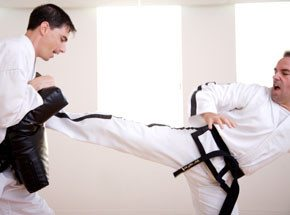 Урок каратеПодарочные сертификаты<br>Отточенные движения, быстрота реакции, концентрация силы. Неслучайно «карате» переводится с японского языка  как «путь пустой руки».<br>Ваше оружие – сила мысли. Думайте, анализируйте. Только полная концентрация, труд и воля к победе помогут перебороть противника.<br>