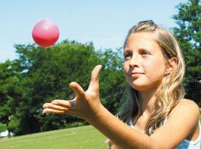 Урок жонглирования для детейПодарочные сертификаты<br>В руках у жонглера, на самых кончиках его пальцев, живет какая-то особенная магическая сила. Когда смотришь, как подчиняются его воле шарики, как красиво они взлетаю ввысь и послушно возвращаются к хозяину, порой забываешь, что перед тобой не волшебник, сошедший со страниц любимой сказки, а обычный человек, просто знающий кое-какие секреты. Хотите встретиться с таким мастером и выведать тайны его искусства? Вас ждет удивительная встреча и мастер-класс от настоящего жонглера-кудесника.<br>