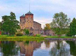 Усадьбы МиккелиПодарочные сертификаты<br>Предложение провести выходные в Миккеле в первую очередь придется по нраву тем, кто желает душой отдохнуть от шума и суеты большого города на лоне сельской природы. В этом чудесном городке, устроившемся в уютном уголке в глубине Восточной Финляндии, колоритная древность самым причудливым образом соединилась с яркой и живой современностью. Старинные аристократические усадьбы, дворцы музеев и величественные храмы здесь легко уживаются с ультрамодными ночными клубами, современными отелями, развлекательными центрами и аквапарками. Здесь вы попробуете лучшие вина Финляндии прямо в погребах знаменитой винодельни Ollinmaki, прогуляетесь по дорожкам старинных парков, насладитесь архитектурными и природными красотами этого края.<br>