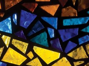 Мастер-класс витража для двоихПодарочные сертификаты<br>Старинные и современные витражи из цветного стекла, выполненные искусным мастером-художником, своей красотой могут поражать в самое сердце. Именно для ценителей такого рода художественных изысков предназначен мастер-класс искусству витража.<br>