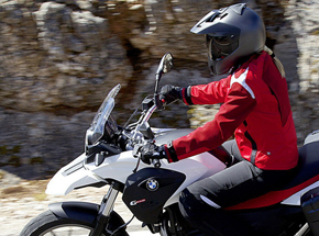 Курс вождения мотоцикла BMWПодарочные сертификаты<br>Мотоцикл – это романтика свободы и часть особой философии, которой живут миллионы мотоциклистов по всему свету. Примерить шлем и оседлать мощного двухколесного железного коня теперь сможете и вы.<br>