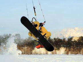 Зимний кайтингПодарочные сертификаты<br>Есть снег и сноуборд? Пора осваивать кайт! Это  воздушное крыло открывает новые грани зимнего экстрима <br>Кайт легок в управлении и совершенно безопасен. Несколько тренировок – и вы достигаете фантастических скоростей.<br>